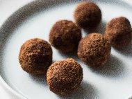 Рецепта Домашни сладки трюфели (бонбони) с лешници, черен шоколад и кондензирано мляко